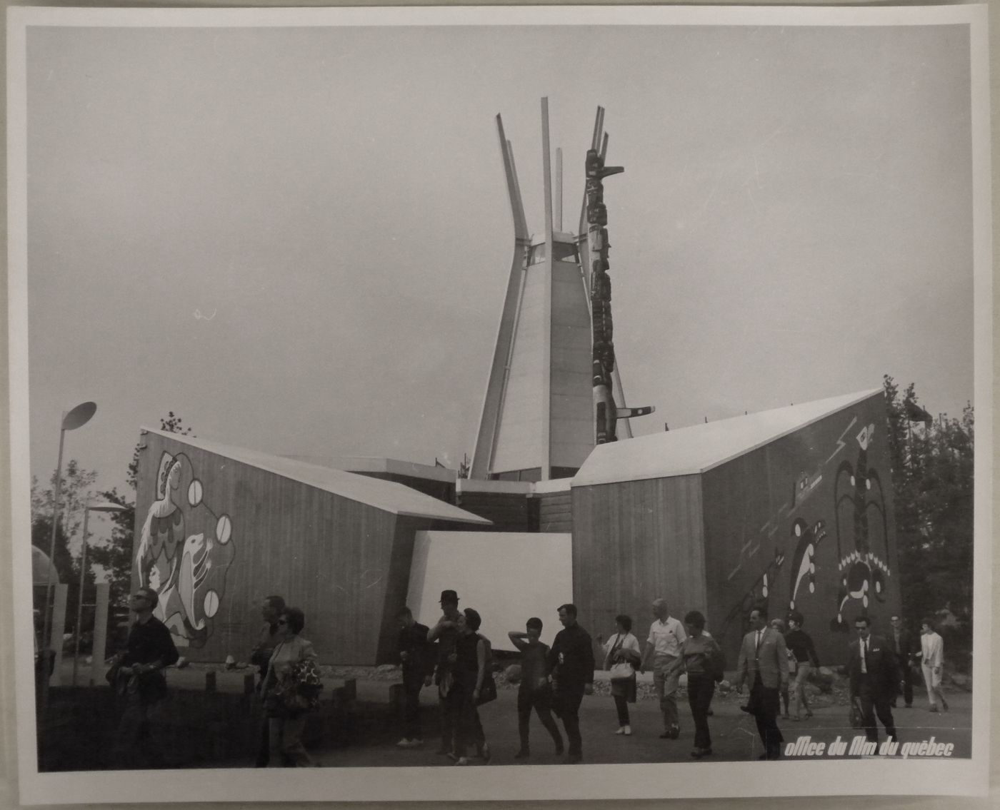 View of the Indians of Canada Pavilion with the Totem Kwakiutl created by Tony and Henry Hunt, Expo 67, Montréal, Québec